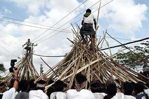 Tradisi mekotek di desa Munggu