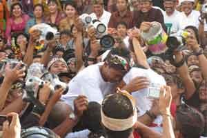 Prosesi omed-omedan di Sesetan Bali