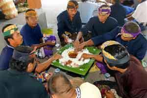 Tradisi Megibung di karangasem Bali