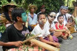 Tradisi Ngedeblag di desa Kemenuh