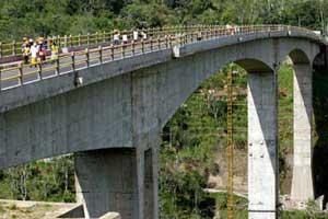 Pengunjung di Jembatan Tukad Bangkung